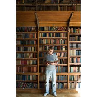 本棚と男性の画像